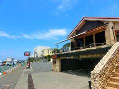 七里ガ浜にあるカレーで有名な「モアナマカイ珊瑚礁」  こちらでランチです!!  本店もあるそうですがロケーションが良いという事でこちらのお店に連れてきて もらいました。