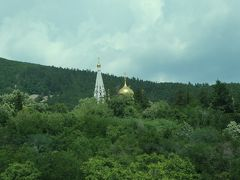 峠をカザンラクに向け下っていきます。 バスからの眺望、たぶんシプカ僧院。