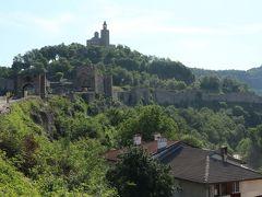 遠くに城壁と教会が見えます。だらだらと上り坂。