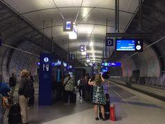 PM9:20 ホーム到着。 空港ターミナルからホームへは、切符購入も含めて10分ほどかかりました。