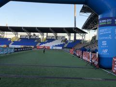 そして時計を気にしながら走って、やっと長かった「2ラップ」目が終わりオリンピックスタジアムの中へ。  周りにランナーが全然いな~い。