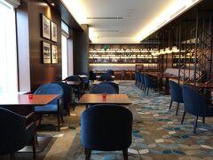 『横浜ベイシェラトン ホテル&タワーズ』26F  【シェラトンクラブラウンジ】のレセプションから右側にある シーティングエリアの写真。  お部屋のチェックが終わり、イブニングオードブル 18:00~20:00に やってきました。テーブルにはキャンドルが用意されています。  最上級のクラブフロア「シェラトンクラブ」へようこそ  ファーストクラスの横浜滞在。 シェラトンブランドの最高峰に位置するシェラトンクラブ。 地上100メートルの眺望と231㎡の広さを誇るクラブラウンジと 62室のゲストルーム。寛ぎの書斎やリビングとして、また満足度の高い ダイニングとして朝6時から夜10時まで自由にご利用いただけます。 お客様のニーズに寄り添うおもてなしと共にごゆっくりお寛ぎください。   <営業時間> 6:00~22:00  ブレックファスト 6:00~10:00 オールデイスナック 10:00~22:00 イブニングオードブル 18:00~20:00 カクテルアワー 18:00~21:30   ホームページ上だと ブレックファスト 6:00~10:00 オールデイスナック 10:00~18:00 カクテルアワー 18:00~20:00 オールデイスナック  20:00~22:00と記載されています。  https://www.yokohamabay-sheraton.co.jp/stay/guestroom_club/lounge.php