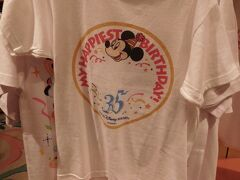 お隣のフィガロズ・クロージアーに移動しました。  こちらのTシャツはなんとバースデーシール柄☆  同じ棚に名前ペンもあって(もちろん有料!)、これでキャストさんに書いてもらわなくてもお祝い出来ますね♪(*^^)o∀*∀o(^^*)♪笑  ちなみにキッズ用サイズしか見当たりませんでした。