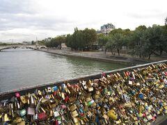 サン・ルイ島へ  鍵がいっぱいついた橋