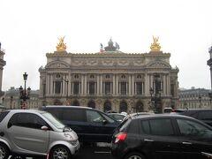 メトロのシテ駅に戻り、シャトレ駅で乗り換え、オペラ駅へ。  駅から出たら、オペラ・ガルニエ(オペラ座)がドーン!!