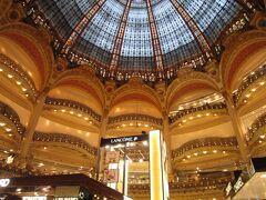 吹き抜けの天井がドーム型ステンドグラスになっていて、 すごく綺麗。