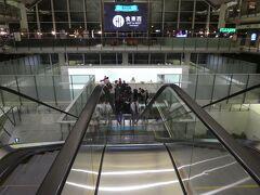 """経由地""""香港""""で私達が利用したキャセイパシフィック航空ラウンジ入り口。 エスカレーターを下って降りた所にありました。"""