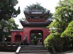 崇福寺三門(楼門) 崇福寺は中国人技術者によって建てられた建造物が多い中で、この門は日本人技術者だけで建てられました。 中央と左右に門戸があることから三門と呼ばれます。