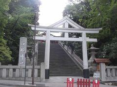 表参道の急な階段の男坂と鳥居.こちらが正面になる.  鳥居の上部はやはり独特な三角屋根.