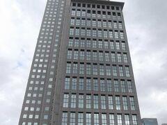 新参道途中からの山王パークタワー(地上44階で,上層階にはDoCoMo本社).  2000年に竣工. その前は米軍関係者用の山王ホテルだった.