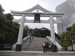 外堀通りからの日枝神社への階段の新参道と大鳥居.  三角屋根のある鳥居は珍しい. 三角屋根(破風)は神道と仏教を合わせていることを表しているとのこと.