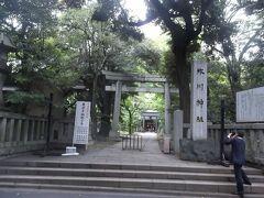 赤坂氷川神社の正面の社号標と鳥居.