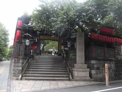 豊川稲荷東京別院(正式名は豐川閣妙嚴寺で実は寺)の山門.