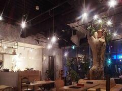 青春18きっぷで高松から高梁、新見を通り夜遅くに松江に到着しました。 島根県は3年前に津和野を訪れただけです。  宿泊したのはホテルクヌート松江駅前です。ドミトリーに2泊しました。 1階が夜遅くまで営業しているカフェレストランのようになっていて、最初は入るのをためらいましたがおもしろい造りです。写真はカフェレストランです。 宿泊者専用の共有スペースはなく、こちらに持ち込みしてコンビニのものを温めてもらい、頂きました。他のお客さんがいたら気が引けます…。