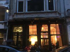 ブリュッセルに戻ってきて晩飯を。この日はベルギー最後の滞在日なので、食べ残しがないようにベルギー名物料理をいろいろ出している店を調べていると、この店がヒット!レストランというよりはバルという感じ。店名「Fin de siecle」