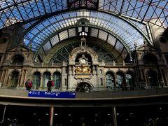 ブリュッセルから約40分ちょっと。目的地アントワープに到着!いきなり立派な駅舎!