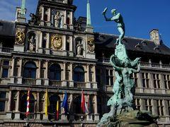 ブラボーの像と市庁舎