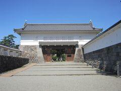 銅門は、小田原城二の丸の表門にあたり、馬屋曲輪から住吉橋を渡り、二の丸主部へと通じる大手筋に設けられています。渡櫓門、内仕切門と土塀で周囲を囲むた桝形門です。銅門の北側には藩主の居館である二の丸御屋形がありました。