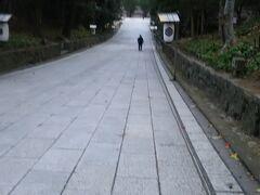 翌朝、荷物をホステルに置いたまま出雲大社を参拝してきました。  伊勢神宮とはまた異なり、山陰らしい神社のように思いました。 悪天候で朝8時すぎということもあり参拝者はほとんどいませんでした。