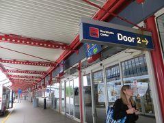 ターミナル5に到着  同行者のスーツケースのキャスターが  一つないまま出てきました  地上乗務員にクレームをつけたところ  ターミナル3のJALカウンターへ行くように指示されました  そこで新しいスーツケースに交換してもらい  シャトルバスセンターへ