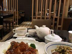 夕ご飯は台北駅2階の「翰林茶館」にて。 元は台南のお茶屋さんだそうです。 鶏腿の甘辛あんかけセット、確か400元くらい。 高菜ご飯に煮卵に鶏スープ付き。 ちょっとお高めだし、サービス料もつくけど 美味しくて店内綺麗で一人で入り易い店で気に入ってます。  三越地下の春水堂も一人食事ポイントです。