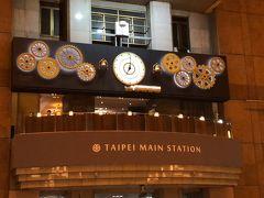 台北駅にてちょうど7時に。 大堂の切符売り場の反対の壁にカラクリ時計が出来てました。 正時には列車がゆっくり行ったり来たりします。