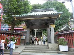 王子稲荷神社。日曜日だったのでこのコースに参加している参拝客が多い。