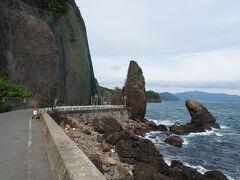 大岸から礼文華までの海岸線は地の果てを思わせる 断崖絶壁と奇岩が連なる豊浦町随一の景勝地で 1975年に現在のルートが完成するまでは この険しい海岸線を室蘭本線の列車が走っていました 当時は室蘭本線随一の車窓風景が広がる区間として有名だったそうです 道路沿いには旧トンネルがいくつか残っています