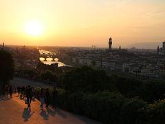 夕焼けのフィレンツェ。 川に浮かぶようにヴェッキオ橋があります。 右にはドォーモがあったのですが、川と橋の美しさが特に好だったのでこのアングルに。 大切な人と手をつないで時間を過ごしたいと思える場所です。 夕方に来るのがおすすめです。
