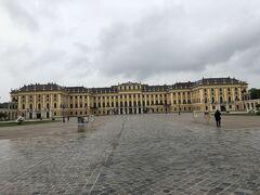 シェーンブルン宮殿は、ウィーンの代表的な観光地ということで、入館するのも行列待ち。幸いガイドの奔走であまり待たずに中に入れた。 このガイドツアーの参加者は我々夫婦だけ。 歴史に詳しいガイドさんで、詳しい説明を聞くことができた。