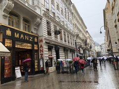 シェーンブルン宮殿から市内に戻り、王宮周辺を歩く。 デーメルの前の通り。