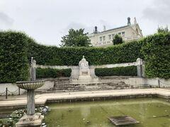 フォルクスガルテンの一角には皇妃エリザベートの像が置かれている。