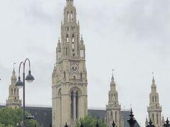 フォルクスガルテンから市庁舎は指呼の間。