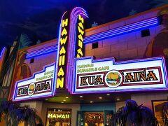 夕食はイクスピアリ内のクアアイナへ。 日本でもお馴染みのハワイのハンバーガーショップです。