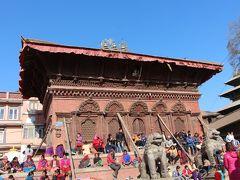 この大きな廟は、シヴァ・パールヴァーティ廟。 18世紀に建てられた歴史的建造物だ。  壁につっかえ棒がしてあるのは、2015年のネパール地震によって倒壊の危機にあるから。 日本ならば立ち入り禁止になるレベルだと思うのだが、そんなことは誰も気にしない。