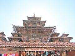 タレジュ女神を祀る16世紀建造のタレジュ寺院も被害を受け、修復中だった。