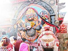 ダルバール広場の中にはユニークな神様もいて、地元民の信仰の対象となっている。 この神様の名前はカーラ・バイラヴ。 シヴァ神の化身である恐怖神を具現化した姿で、左手には生首、右手には剣を携え、嘘をつく人を成敗する神様だ。  言い伝えでは、カーラ・バイラヴ神の前で嘘をつくとその場で死んでしまうとか。 その昔は、罪人の告白(裁判)をカーラ・バイラヴ神の前でやっていた時代もあったそうだ。