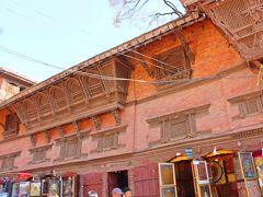 お土産屋さんが1階に入るこの建物はバグワティー寺院で、修復がすでに行われた建物。