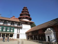 旧王宮:ハヌマン・ドカの中庭は修復が終わっていた。  でも、中庭の真ん中から王宮全体を見回すと、なんだか妙な感じ。 茶色の建物と白い建物で、建物の統一感がとれていない。  このチグハグ間の原因はネパール王室の複雑な歴史に由来する。  旧王宮が最初に建てられたのは17世紀のマッラ王朝の頃。 ネパールで生まれたヒンドゥ教とチベット仏教を融合した新しい文化;ネワール文化が最盛期の時代で、赤茶色の煉瓦で作られた建築物はネワール文化を代表する建築洋式だ。  しかし現代に伝わるネワール文化は実は一度、歴史の中で途切れている。 その途切れた時に建てられたのが、西洋風の白い建物だ。