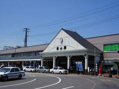 空港から連絡バスで15分ほどで松山駅に到着。 なかなか良い感じの駅舎。