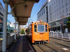 市電の松山市駅に到着。 とても良い感じの車両だったけど、 混んでいたので車内の写真は無し。
