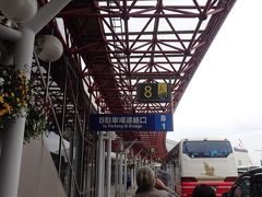 ツアーで何度か来た時は、添乗員さんに連れられてすぐにバスに乗ってたんで、そんなに感じんかったけど、個人で来てみたら、めちゃ広いがな新千歳空港… 地元のちんまり空港(搭乗ゲート2つ(爆))とは大違い(笑) 予定より早めの到着だったのも幸い、遅れることなく初日のお宿の送迎バスに乗り込んで…