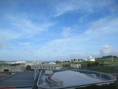 6月21日午前7時過ぎ。ホテルグランビュー沖縄のお部屋の窓から。青空が見えています。今日も暑くなりそう。
