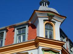 窓の周りにも木々の葉やお花のモチーフ。 1903年に建てられた建物だそうです。