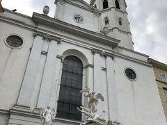 ミヒャエル広場にそびえるミヒャエル教会。
