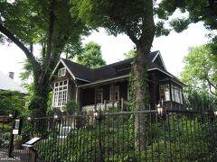 日比谷公園 旧日比谷公園事務所(フェアリーチェガーデン)  日比谷公園の管理事務所として明治43年(1910)に竣工したドイツ・バンガロー風の建物。 昭和51年(1976)より公園資料館として使われていました。 平成2年(1990)、都有形文化財に指定。