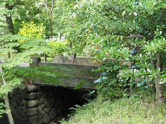 日比谷公園 石橋  芝増上寺霊廟の旧御成門の桜川に架けられていた石橋のひとつ。 市区改正の道路構築の際に、移されたと伝わります。
