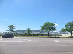 ターミナルビルの前を通り過ぎます