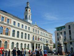 旧市街西側にある市庁舎広場へやってきました。 右下の像は聖ローランドの像。リガの守護聖人です。 白い建物はリガの市庁舎。