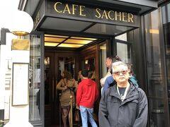 オペラハウスの前にはザッハーのカフェザッハー。